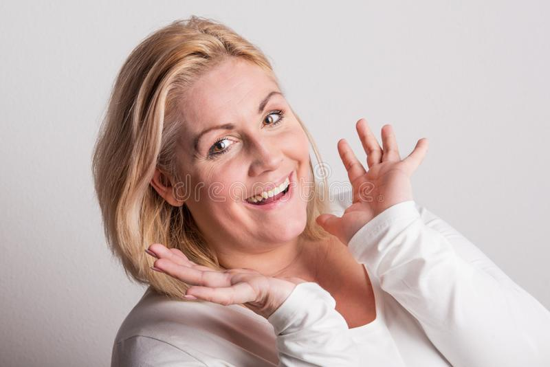 Stående av en attraktiv överviktig kvinna i studio på en vit bakgrund royaltyfria bilder