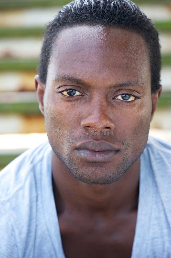 Stående av en attraktiv afrikansk amerikanman royaltyfri bild