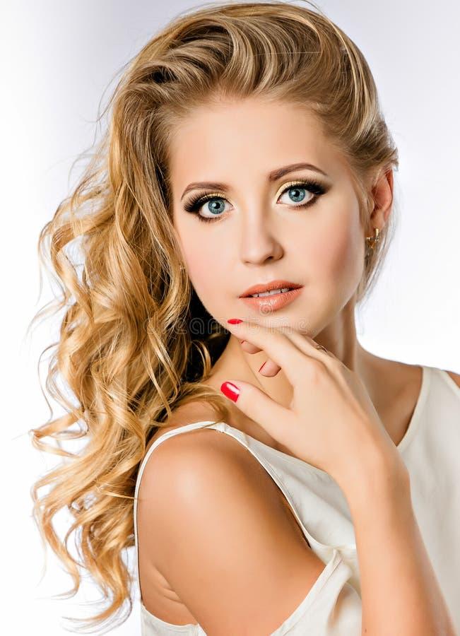 Stående av en attraktiv gullig flickablondin med rengöring och brunnen-G royaltyfria foton