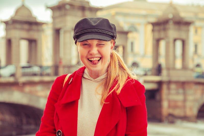 Stående av en attraktiv kvinna i ett rött lag royaltyfria foton