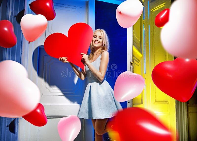 Stående av en attraktiv kvinna med gruppen av ballonger royaltyfri bild