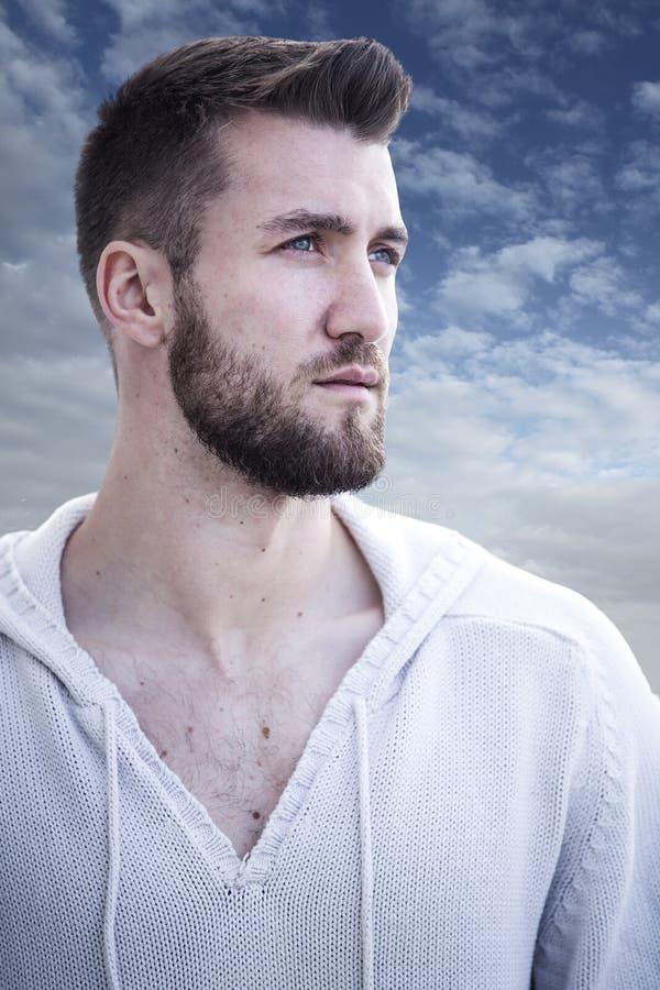 Stående av en attraktiv man med skägget arkivfoto