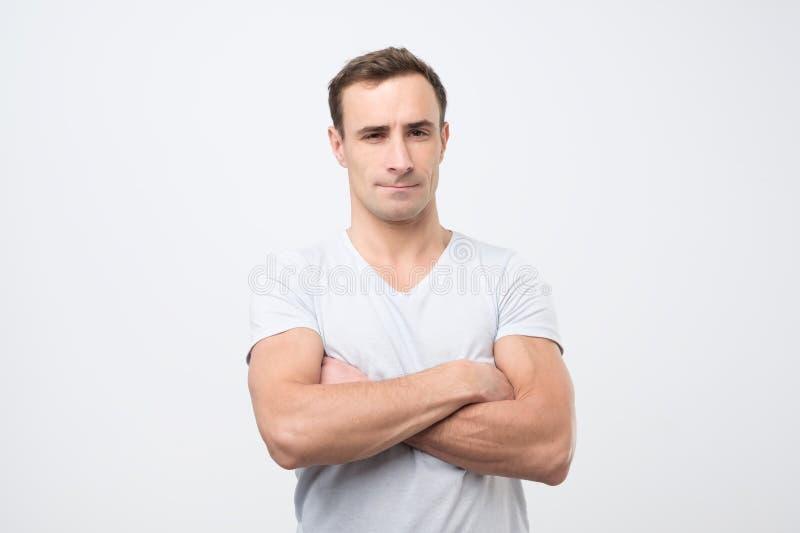 Stående av en attraktiv mogen italiensk man som ser neutral avkopplat och allvarligt fotografering för bildbyråer