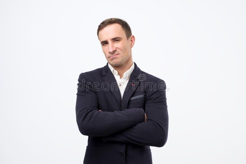Stående av en attraktiv mogen italiensk man som ser neutralt allvarligt arkivbild