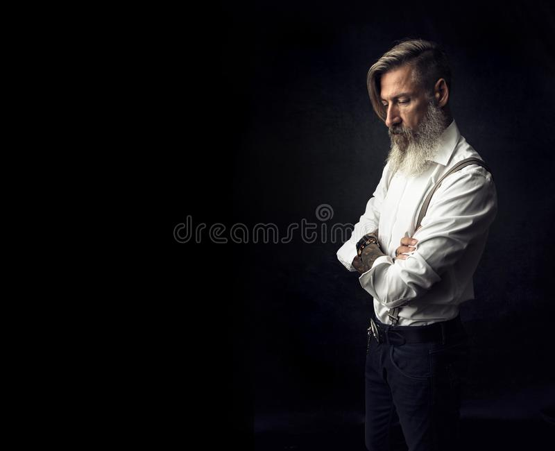 Stående av en attraktiv skäggig man med korsade armar royaltyfri fotografi