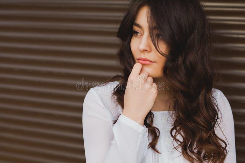 Stående av en attraktiv trendig ung brunettkvinna arkivbilder