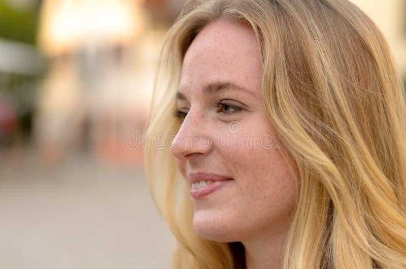 Stående av en attraktiv ung blond kvinna arkivfoton