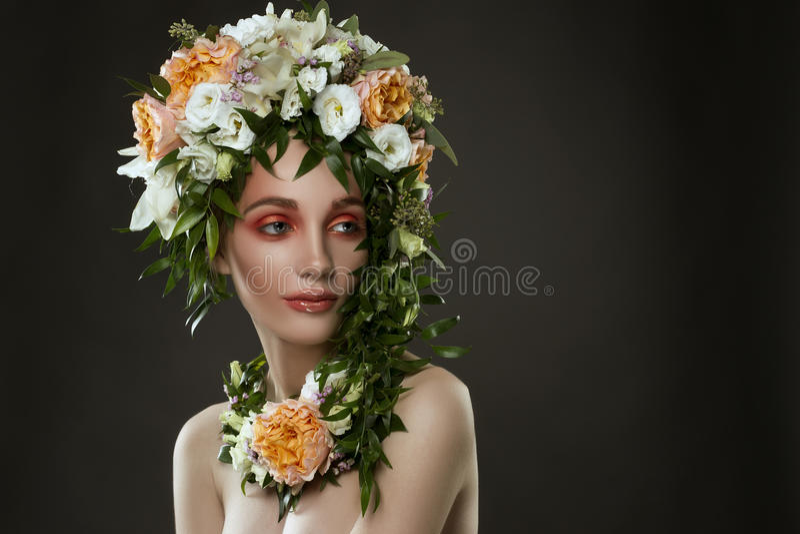 Stående av en bärande blommahatt för flicka arkivbilder