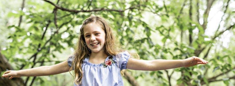 Stående av en balanserad lycklig skog för ung flicka utomhus royaltyfri fotografi