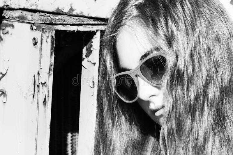 Stående av en barnflicka i solglasögon arkivbilder
