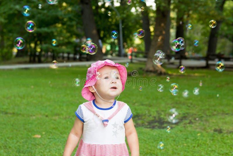 Stående av en behandla som ett barn och såpbubblor royaltyfri fotografi