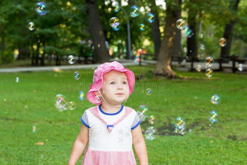 Stående av en behandla som ett barn och såpbubblor fotografering för bildbyråer