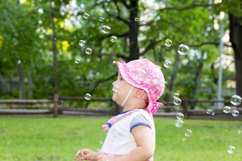 Stående av en behandla som ett barn och såpbubblor royaltyfria bilder