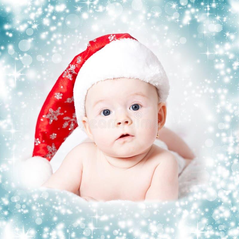 Stående av en behandla som ett barnflicka med jultomtenhatten royaltyfria foton