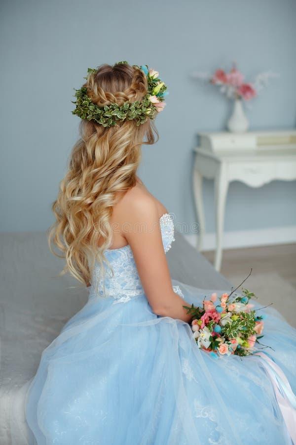 Stående av en blåögd mycket härlig mjuk flickablondin med a royaltyfri foto