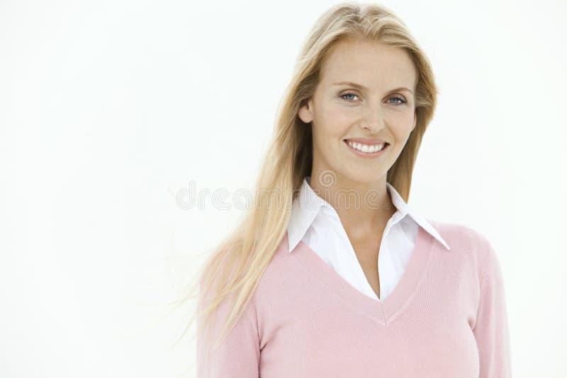 Stående av en blond affärskvinna royaltyfria foton