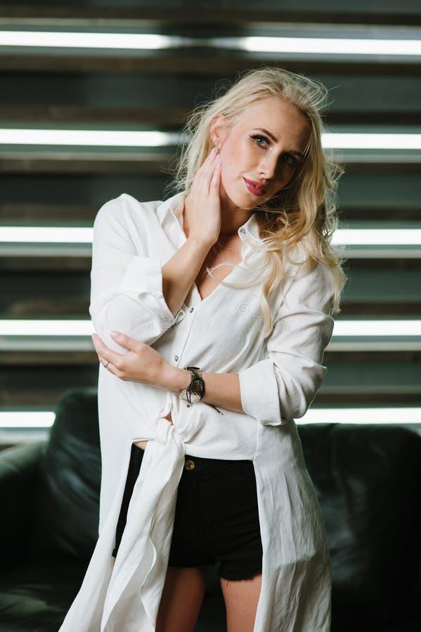 Stående av en blondin royaltyfri foto