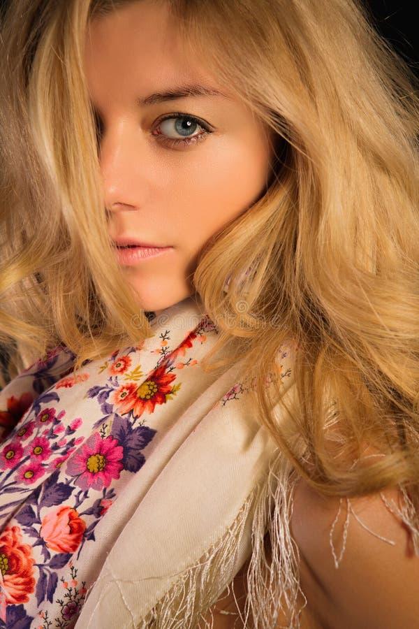 Stående av en blondin i rysk halsduk royaltyfri fotografi