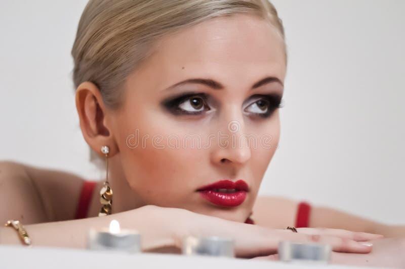 Stående av en blondin med stearinljus arkivfoto