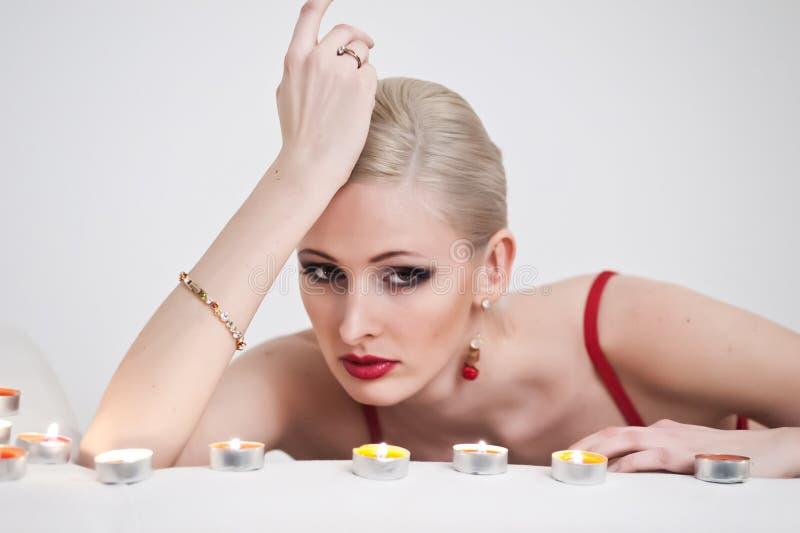 Stående av en blondin med stearinljus arkivfoton