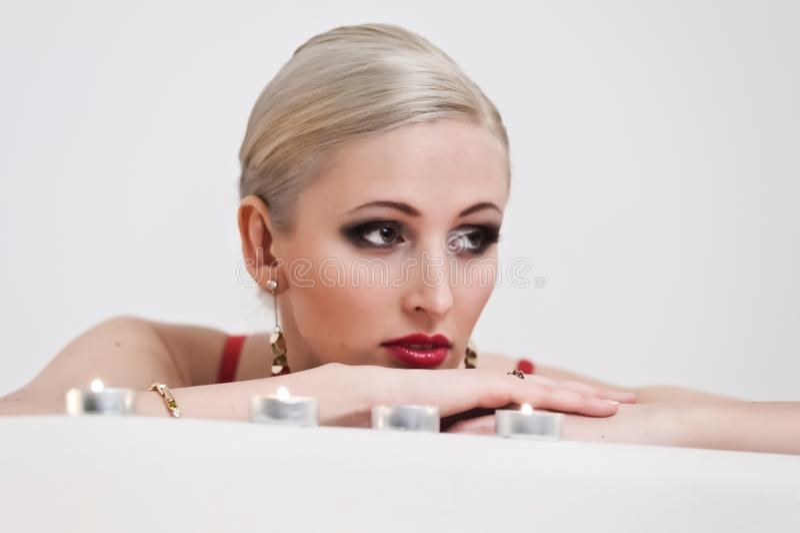Stående av en blondin med stearinljus royaltyfria foton