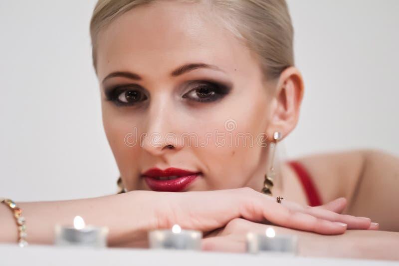 Stående av en blondin med stearinljus fotografering för bildbyråer