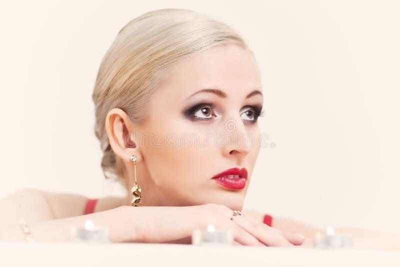 Stående av en blondin med stearinljus arkivbild
