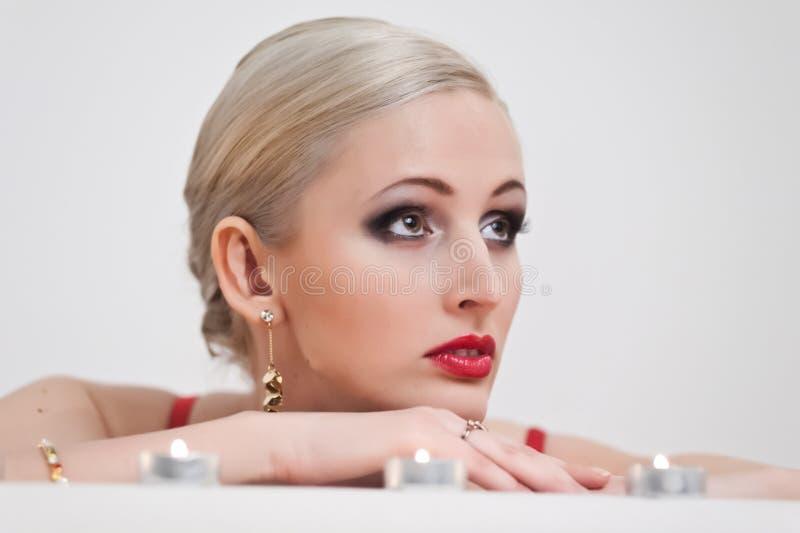 Stående av en blondin med stearinljus royaltyfri fotografi
