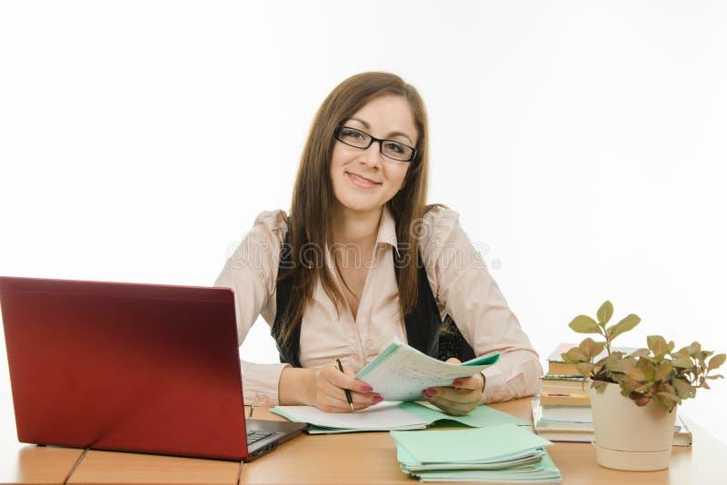 Stående av en bra lärare på ditt skrivbord royaltyfria bilder