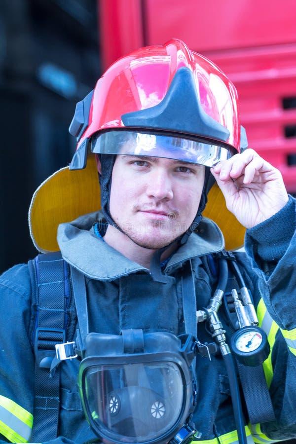 Stående av en brandman royaltyfria bilder