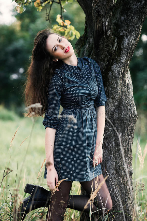 Stående av en brunnete som är lycklig och ler flickan royaltyfria bilder