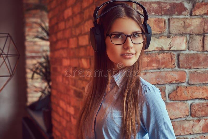 Stående av en charmig brunett i en studio royaltyfria bilder