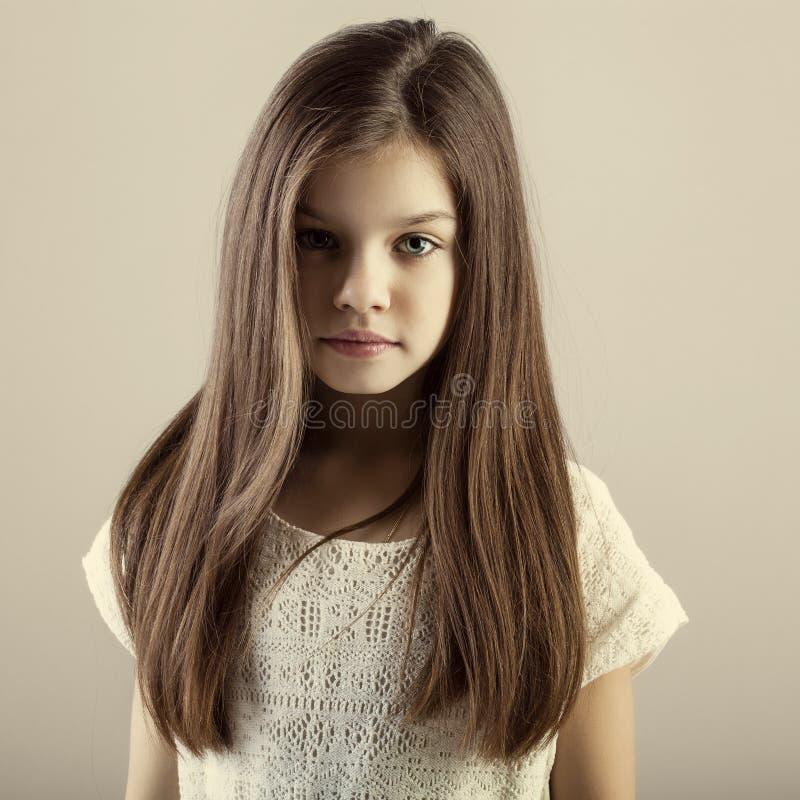 Stående av en charmig brunettliten flicka royaltyfri fotografi