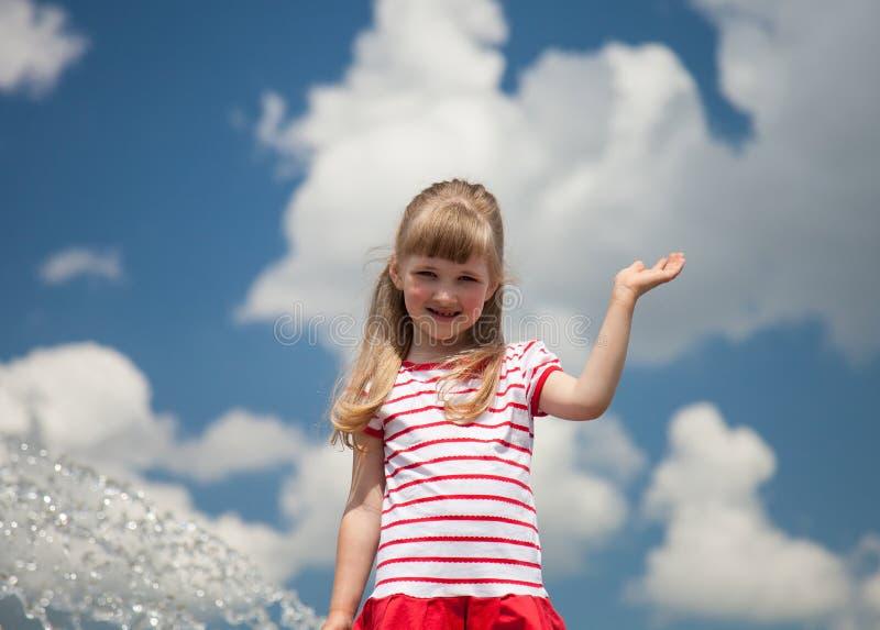 Stående av en charmig liten flicka royaltyfria foton