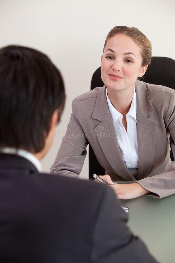 Stående av en chef som intervjuar en male sökande royaltyfri foto