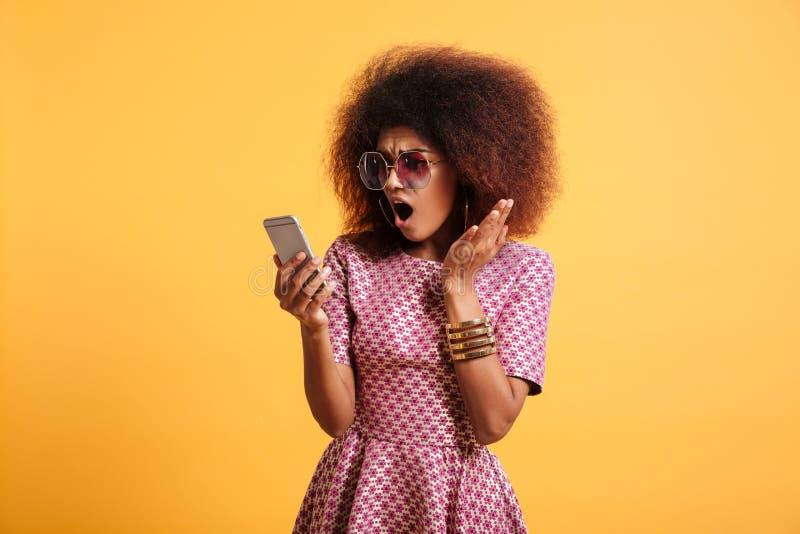 Stående av en chockad förvånad afro amerikansk kvinna arkivbilder