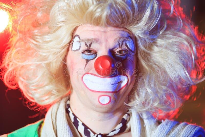 Stående av en clown i cirkusarenan royaltyfri bild