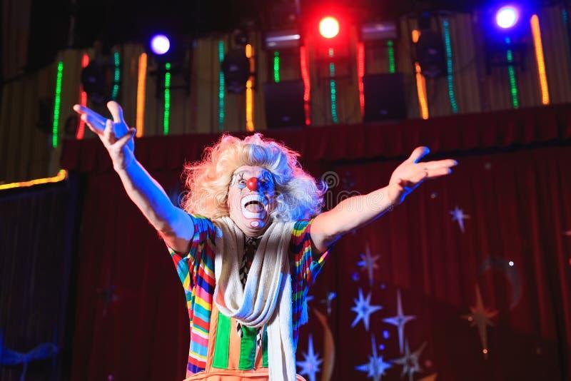 Stående av en clown i cirkusarenan royaltyfria bilder