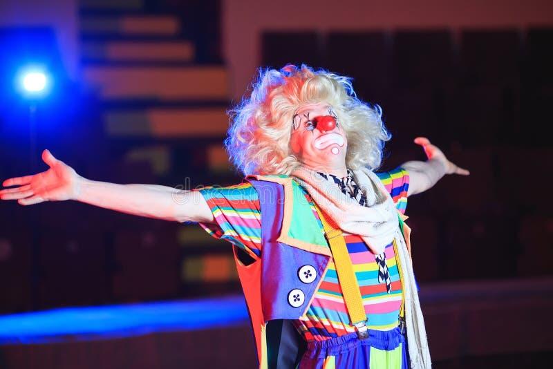 Stående av en clown i cirkusarenan royaltyfri fotografi