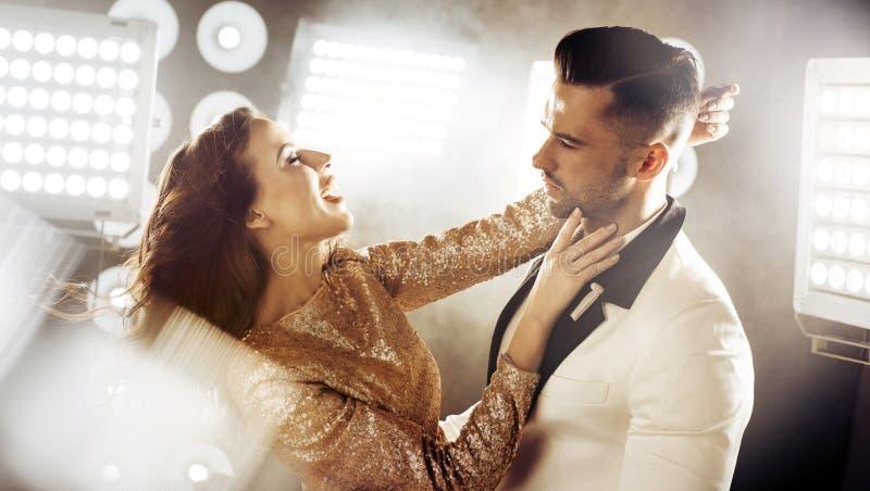 Stående av en dans, elegant par på ett parti royaltyfri foto