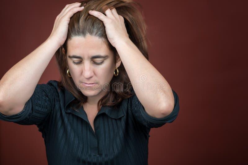 Stående av en desperat stressad kvinna royaltyfri bild