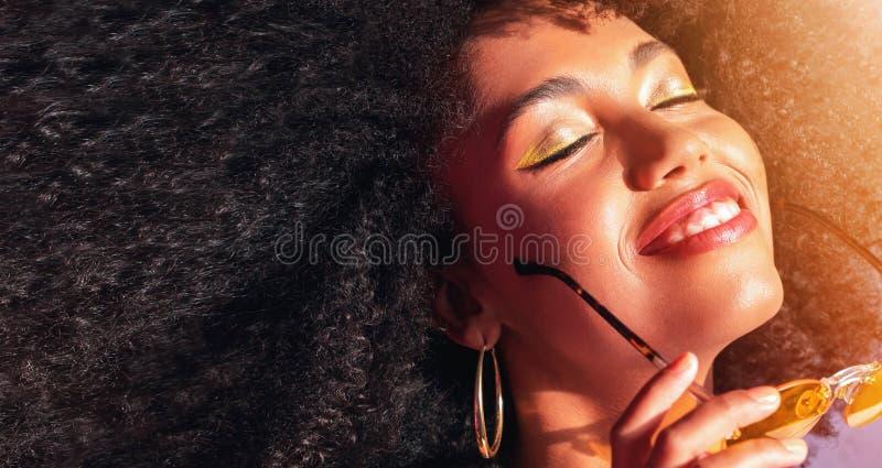 Stående av en drömma mörkhyad flicka royaltyfria bilder