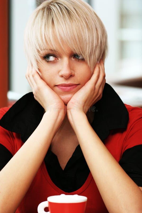 Stående av en eftertänksam härlig blond kvinna royaltyfri foto
