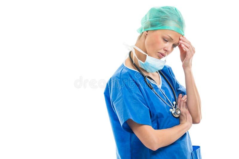 Stående av en eftertänksam/ledsen/utmattad kvinnlig doktor/kirurg royaltyfria bilder