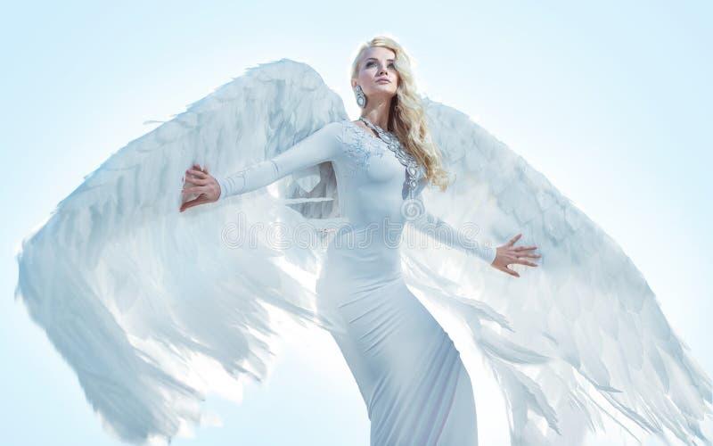 Stående av en elegant blond ängel arkivbild