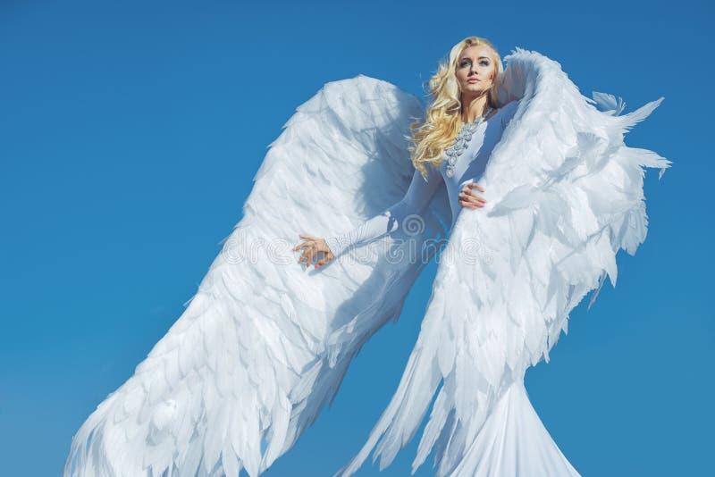 Stående av en elegant blond ängel royaltyfri fotografi