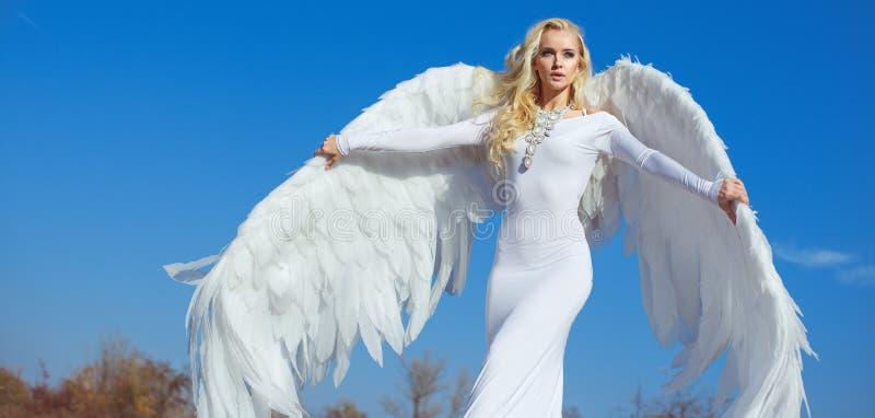 Stående av en elegant blond ängel royaltyfria bilder