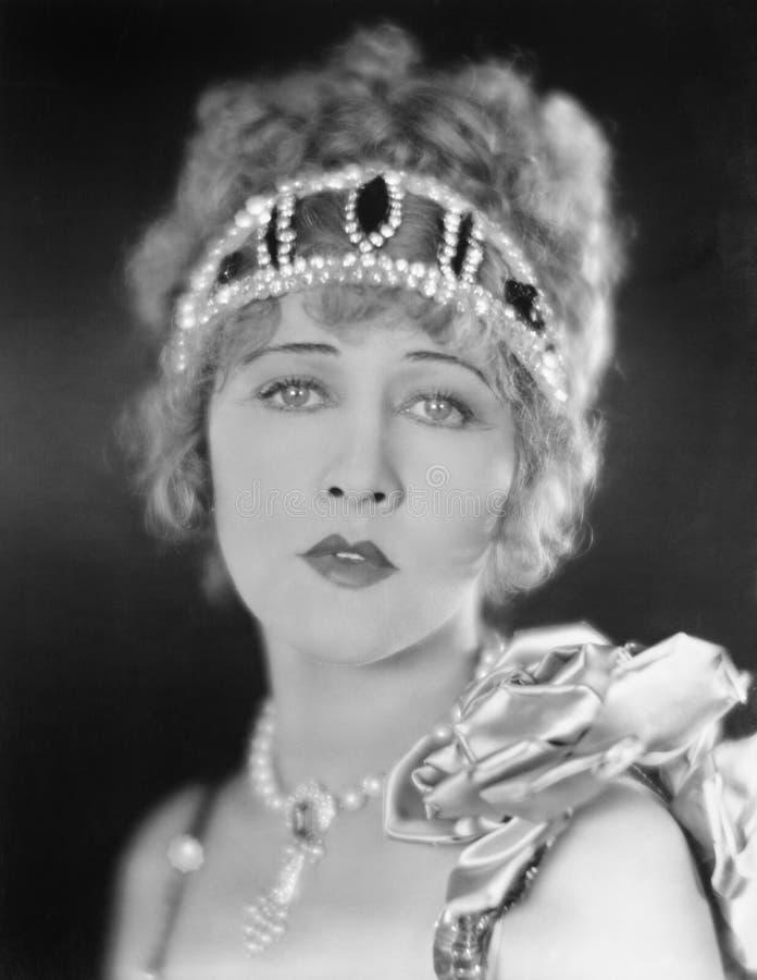 Stående av en elegant kvinna med en tiara (alla visade personer inte är längre uppehälle, och inget gods finns Leverantörgarantie royaltyfri bild