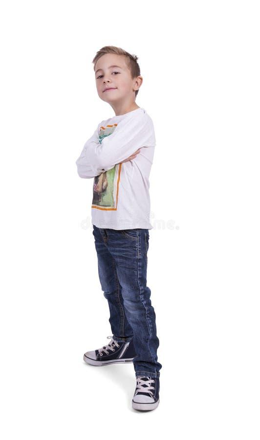 Stående av en elementär pojke med korsade armar royaltyfria foton