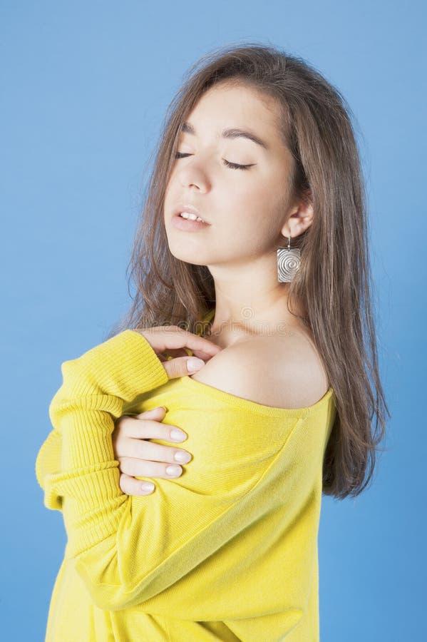 Stående av en försiktig ung flicka med långt hår royaltyfri foto